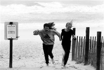 """当地时间2015年10月2日,美国新泽西海边高地,重创巴哈马沿海的四级飓风""""华金""""(Joaquin)袭击美国东海岸,掀起狂风暴雨和巨浪供图/IC"""