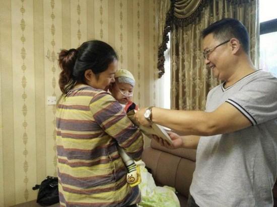 """青岛""""天价虾""""被宰游客将5万奖金捐给重病患儿"""