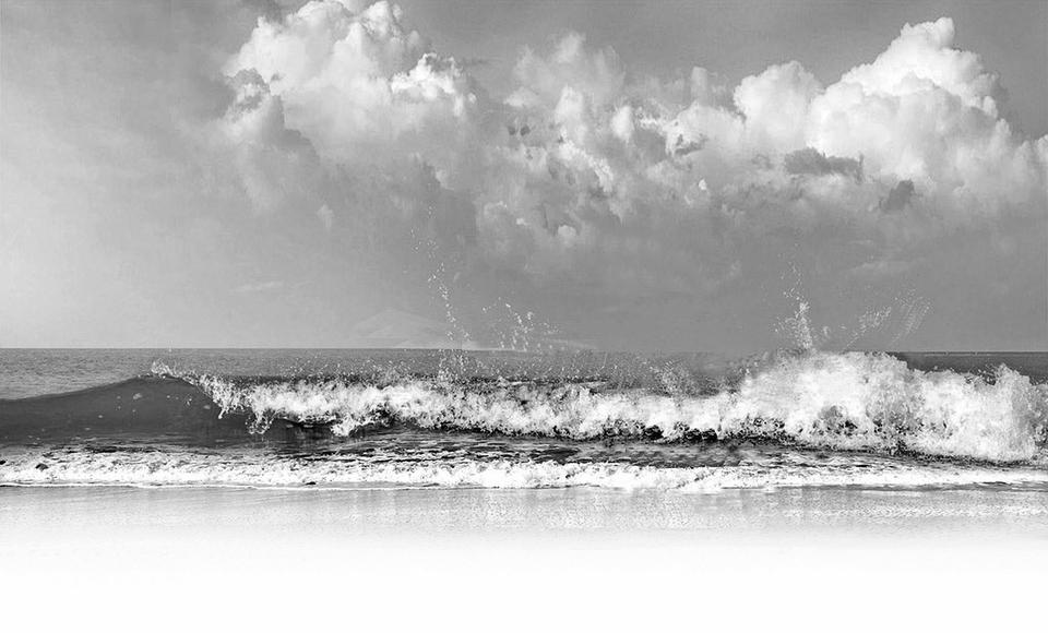 制定《区域建设用海管理暂行办法》,将依法用海、生态用海贯穿于规划编制与实施全过程,优化生产、生活、生态空间布局,促进海域资源集约节约利用。根据中央部署,在国务院港澳办的指导下,圆满完成澳门习惯水域管理范围划定技术工作,近期已由国务院公布,国家海洋局还与澳门特区政府签署了用海合作安排,积极支持澳门经济适度多元发展。开展海域使用管理专项调研和危化品用海专项调研,全面摸清围填海造地和危化品用海基本情况。编制《全国海岛及其周边海域生态环境评价报告》;印发第一批中国海域海岛标准名录。开展海岛生态红线技术路线研究。指
