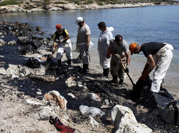 希腊油轮漏油造成重大环境灾难 海水漆黑触目惊心