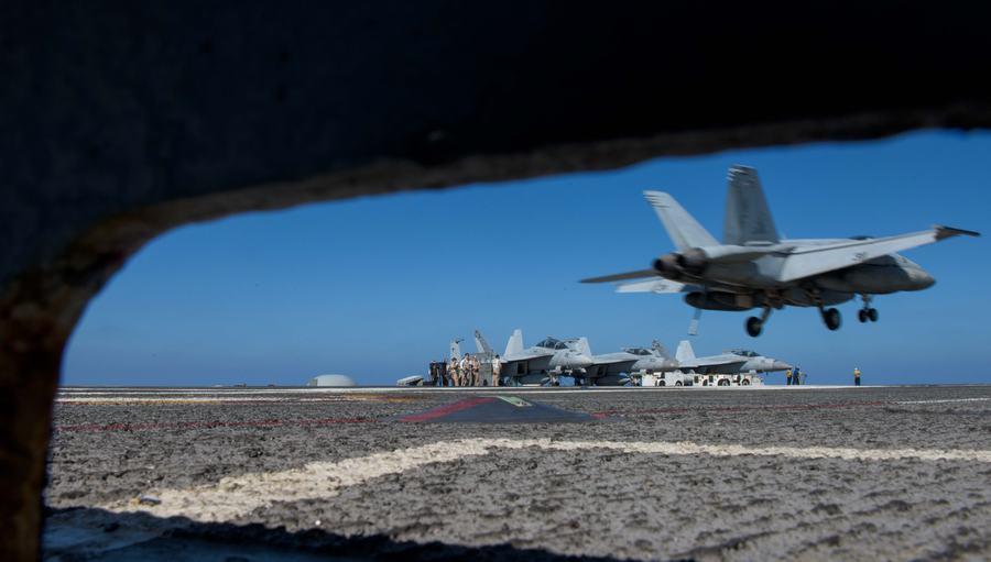下步来南海?美军航母在菲律宾海起降战机