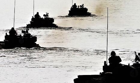 震撼!两栖战车浩浩荡荡海上演习