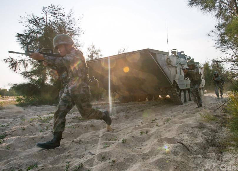 世界最快兩棲裝甲車演練 沙灘上如履平地