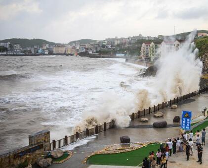 """台风""""玛莉亚""""逼近 温岭沿海巨浪拍岸"""