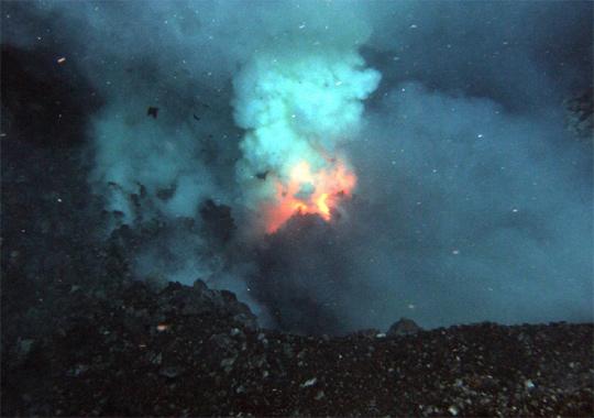 科学家观测到南太平洋海底火山喷发奇观(图)
