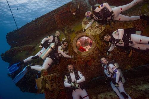 潜入海底:NASA宇航员进行水下任务模拟太空行走
