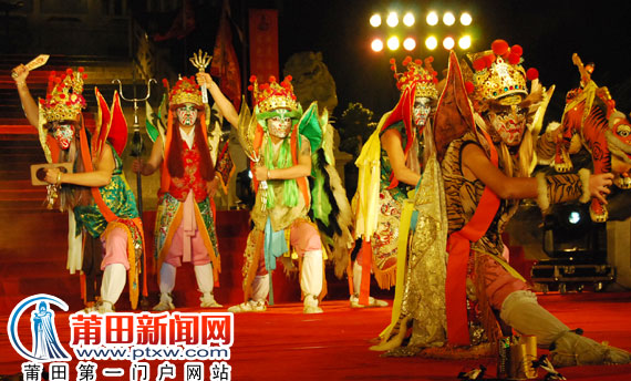 民俗文化大狂欢 湄洲岛举行两岸庆赏元宵妈祖灯会