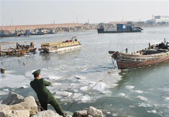 山东莱州湾海庙港现入冬首次海冰 对水产养殖户影响较轻