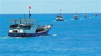"""我省海洋立法呵护""""蓝色宝库""""。图为渔船编队开展远洋捕捞。"""